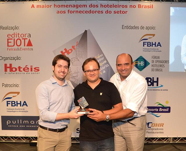 No centro da foto, o chef de cozinha do L'Hotel Porto Bay São Paulo, Luís Pinheiro, que entregou o troféu para Carlos Moura (Gerente de Trade) e José Roberto Fontes (Gerente Comercial) da empresa Sadia.