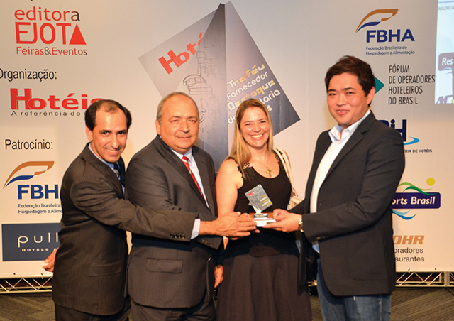 Da esquerda a direita da foto, Sérgio Aparecido, Jessé Resende e Priscilla Bastos, Diretores da saga System´s recebendo o Troféu do Diretor da rede de hotéis Matsubara, Miki Hiroshi