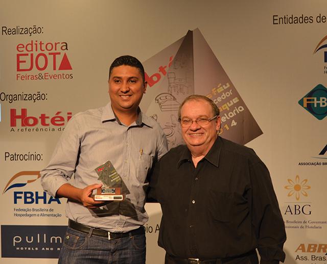 Da esquerda a direita da foto, o Diretor de operações da Marcomar, Daniel Dantas, recebendo o Troféu de Jorge Monti, Chef e Consultor de gastronomia