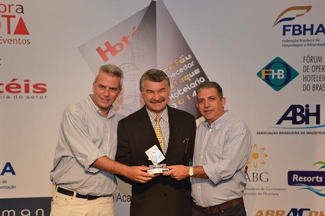 No centro da foto, Antônio Xavier Siqueira, Presidente da ABRACOHR, entregando o Troféu a Luiz Fernando Dias Avelino (Diretor Comercial) e Fausto Nebo (Gestor de contas - ramo Hotelaria) da empresa Irmãos Avelino