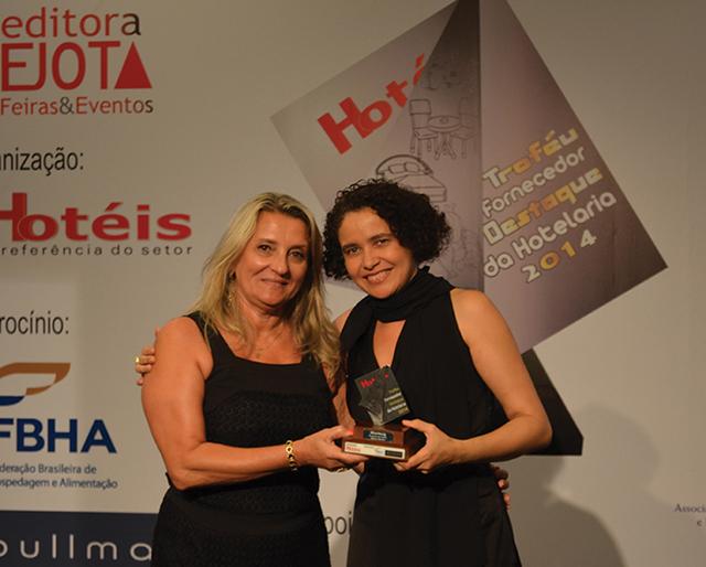 Da esquerda a direita da foto, a Gerente Institucional da Altenburg, Rose Molon, recebendo o Troféu das mãos de Maria José Dantas, Presidente da ABG