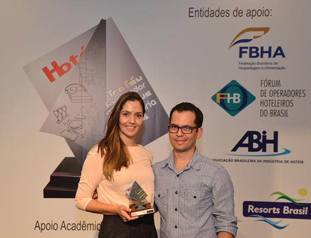 Da esquerda a direita da foto, a Gerente de Marketing da Brinox, Jaqueline Brognoli recebendo o Troféu recebeu o troféu das mãos de Felipe Alves, Chef Corporativo do Estanplaza
