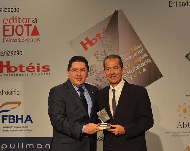 Da esquerda a direita da foto, O Diretor Comercial do hotel Casa Grande no Guarujá, Sérgio Souza, entregando o troféu a Alexandre Rubio, Gerente da filial da Prática em São Paulo
