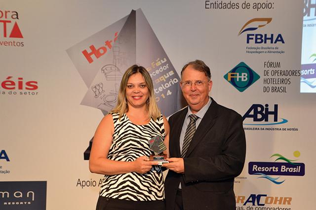 Da esquerda a direita da foto, Elis Regina Cavalini, Gestora de Vendas da Electrolux recebendo o Trofeu de Gerente de Compras do hotel Maksoud Plaza, Eng. Antonio Luiz de Magalhães