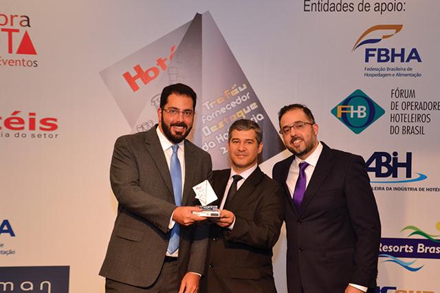 No centro da foto, Wagner Neves, Gerente de Compras da rede Estanplaza Hotels entregou o troféu para Leonardo Hamam (Diretor Presidente da Hamam) e Gustavo Hamam (Diretor) da empresa Hamam