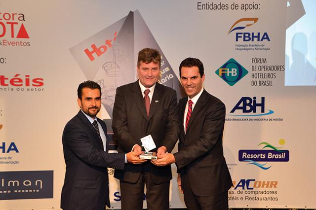 A direita da foto, Alejandro Geis, Gerente geral do hotel Pullman São Paulo Ibirapuera entregando o Troféu a Irineu Weihermann (Diretor Superintendente) e Cássio Sampaio (Gerente de Vendas) da Oxford