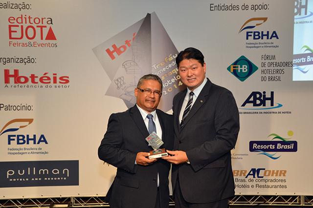 Da esquerda a direita da foto, Ronaldo Dias do Rosário, Gerente Service Line da empresa Döhler recebendo o troféu das mãos de Bruno Omori, Presidente da ABIH-SP