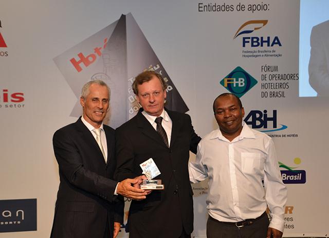 Da esquerda a direita da foto, Francisco Gonçalvez, representante comercial e Klaus Schwertl (Diretor geral) da Roosmark recebendo o Troféu do gerente de compras do L'Hotel Porto Bay, Rogério Bacelar