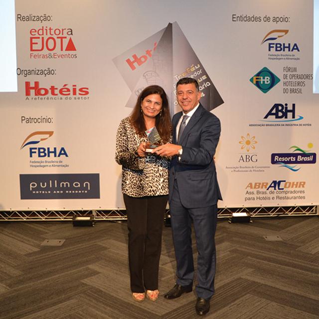 Charles Giudici, Gerente geral do Hotel Transamérica São Paulo, entregou o troféu para Maria Augusta Carvalho, da empresa Fabrimar