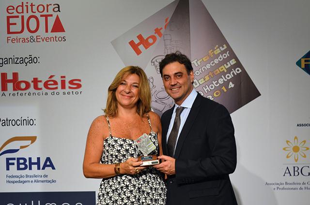 Marco Antônio Mastrodonankis, Presidente da Fiera Milano entregando o Troféu a Silvana De Simone, Coordenadora de Novos Negócios da Beaulieu