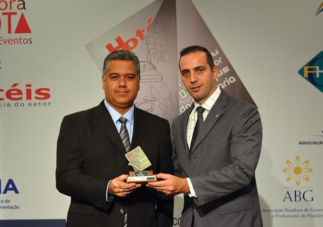 Da esquerda a direita da foto, André Ferreira de Almeida, Gerente de vendas HTH Brasil recebendo o Troféu de Ronei Borba, Gerente operacional do Hotel Pullman São Paulo Ibirapuera