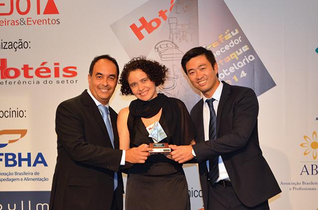 No centro da foto, Maria José Dantas, Presidente da ABG entregando o Troféu a Mário Santana, Gerente comercial e Newton Kaga, Gerente de serviços da empresa Desbravador
