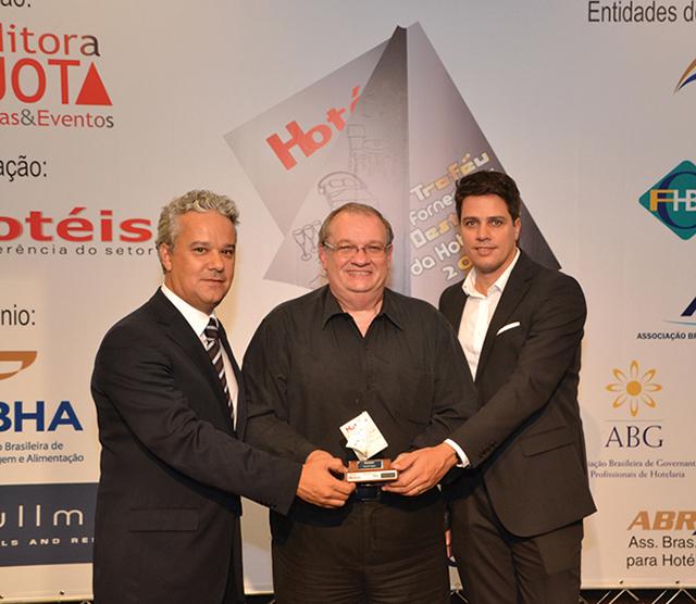 No centro da foto, o Consultor gastronômico, Jorge Monti entregando o Troféu ao CEO América do Sul da Arcoroc, Luis Antunes e Celso Sanches, Coodernador de marketing