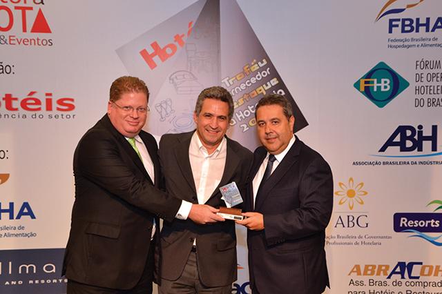 No centro da foto, Walter Strub, Gerente geral do Hotel Pestana São Paulo entregando o Troféu a Luis Ambrósio de Freitas Diretor comercial e Denilson Ramalho, Gerente de contas da Semp Toshiba