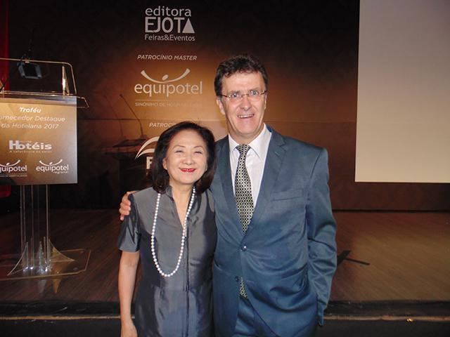 Chieko Aoki, Presidente da Blue Tree Hotéis com o Diretor editorial da Revista Hotéis, Edgar J. Oliveira