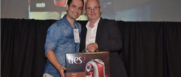 Felipe Alves, Chef Corporativo da rede Estancorp recebendo a máquina de café de de André Carvalho, Gerente comercial / Food Solutions